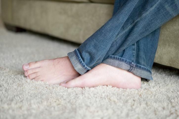 los pies en la alfombra