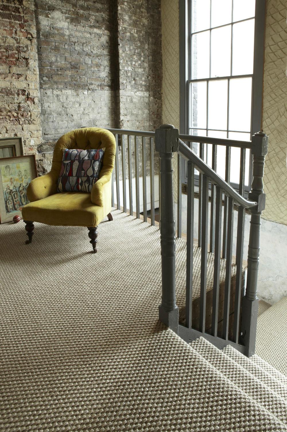 suelo en oquetado con alfombra de fibras vegetales