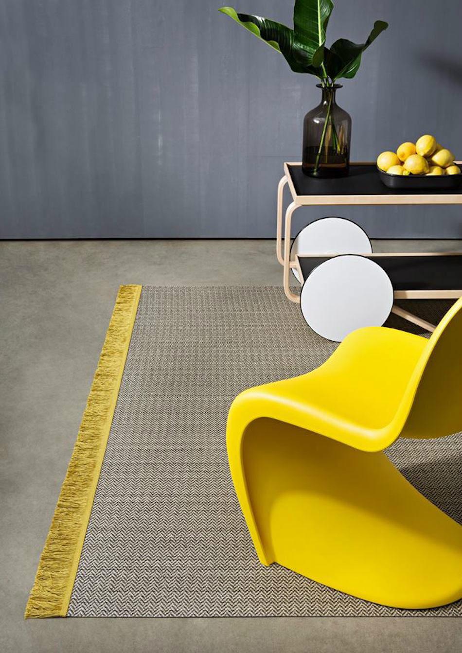 alfombra flecos amarillos
