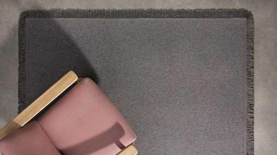 alfombra con flecos grises