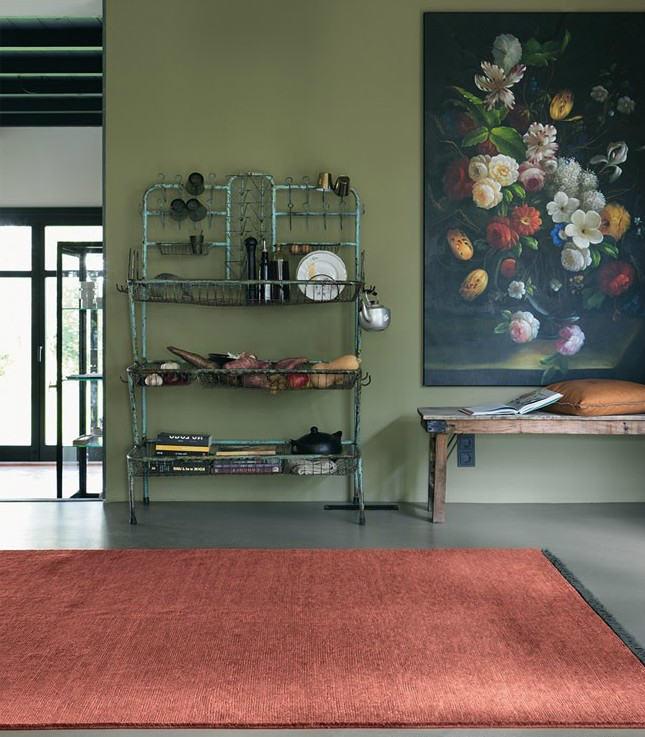 alfombra roja con flecos grises