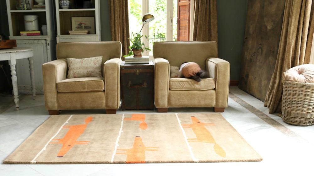 salón clásico con alfombra infantil